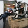 In Gallowtree Gate col monumento che celebra i tre sport cittadini: Rugby. calcio e cricket