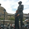 In Place d'Armes di fronte alla scultura The English Pug sculpture di Marc-André J Fortier