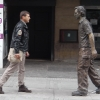 Davanti alle sculture Man with Potential Selevs di Sean Henry in Grainger Street