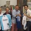 A Racale, scambio di maglie col sindaco Donato Metallo. Da sinistra Fausto, Antonio, Amleto, il sindaco Metallo, il capo dei vigili Franco Corvaglia